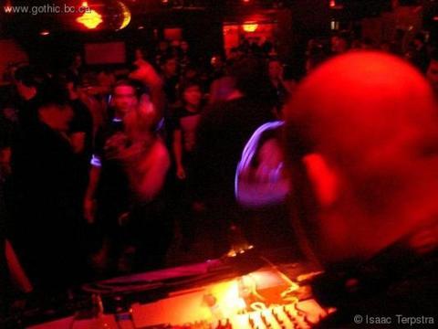 DJ R-Lex rocks the house in colour!